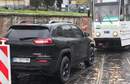У Львові автохам зупинив рух трамваїв другого маршруту