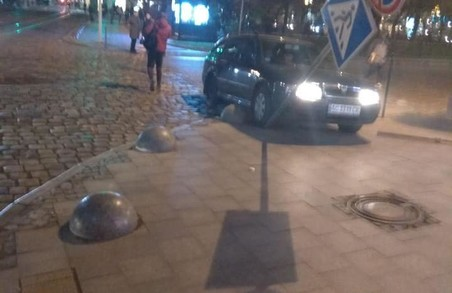 У центрі Львова легковик вилетів на тротуар і збив дорожній знак