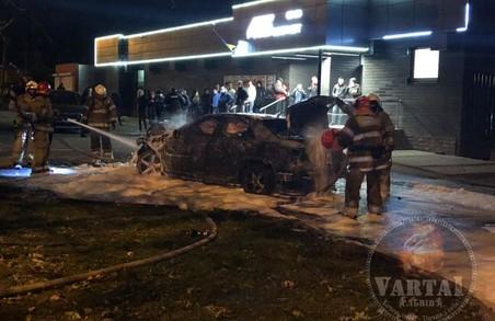 У Львові сьогодні вночі потрапив у ДТП і спалахнув легковий автомобіль