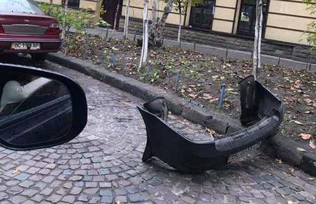У Львові легковик загубив задній бампер
