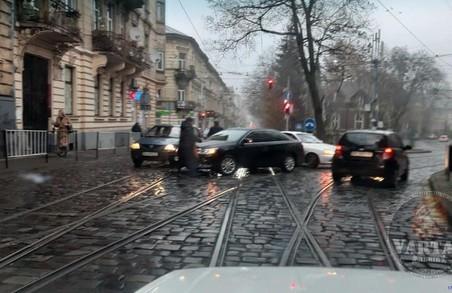 У Львові ранкове ДТП блокувало рух трамваїв