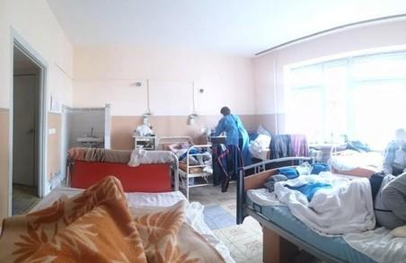 У Львові в лікарні на Топольній відвідувачів пускають навіть у «ковідні» палати