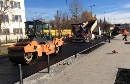 У Львові на вулиці Чернівецькій укладають останній шар асфальту