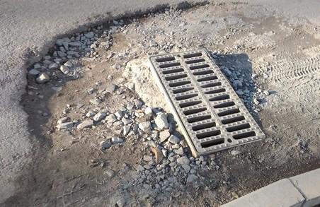 У Львові на вулиці Миколайчука не заасфальтували простір біля дощоприймачів