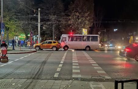 У Львові на проспекті Чорновола автобус «наздогнав» легковик