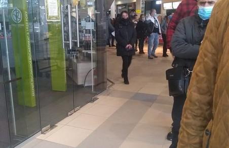 У львівському гіпермаркеті «Ашан» на вулиці Стрийській великі черги