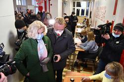 Андрій Садовий з дружиною голосують