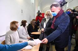 Олег Синютка з друюиною голосує