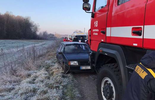 На Львівщині надзвичайники визволяли водія із автомобіля, що потрапив у ДТП