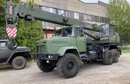 Парк спецтехніки Збройних Сил України поповнився краном та екскаватором, виготовленими у Дрогобичі