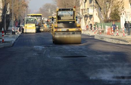 У Львові на вулиці Богдана Хмельницького уже укладають асфальт на ділянці від вулиці Механічної до вулиці Олійної