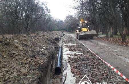 У Львові в Снопківському парку ремонтують водогін