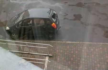 У Львові на Сихові понівечили автомобіль