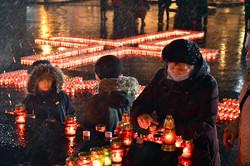 У пам'ять про жертв голодоморів запалили понад дві тисячі вогнів (ФОТО)