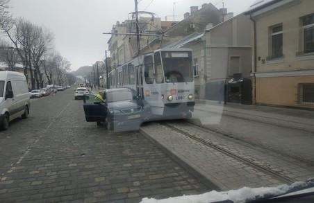 У Львові рух трамваїв призупинився через ДТП
