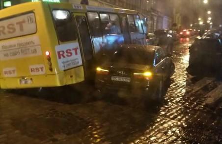 На вулиці Клепарівській у Львові у ДТП потрапили автобус і легковик