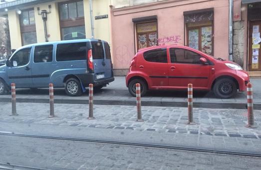 Попри встановлені делініатори, поряд із центром Львова авто паркують на тротуарі