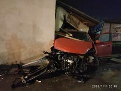 У ніч на понеділок біля Львова легковик зніс зупинку і врізався у ріг будинку
