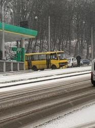 У Львові на вулиці Стуса в ДТП потрапив приміський автобус