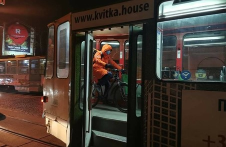 Львівські велосипедисти настільки суворі, що навіть їдучі в трамваї не злізають із ровера