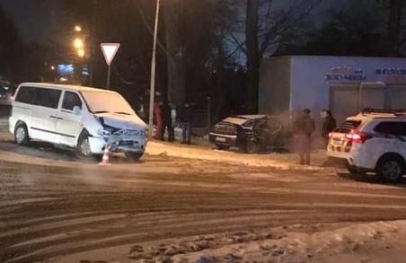У Львові вчора ввечері внаслідок зіткнення легковика і мікроавтобуса постраждало четверо людей (ФОТО)