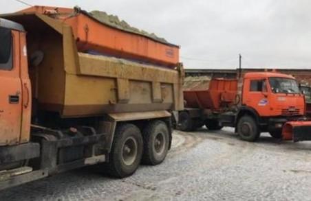 На автомобільних дорогах Львівщині працювало 85 одиниць спецтехніки для боротьби із снігом та ожеледицею