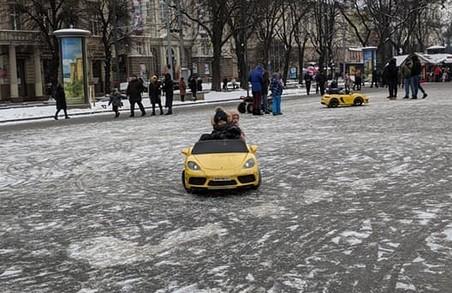 У Львові попри локдаун і карантин і далі діє прокат машинок біля Опери