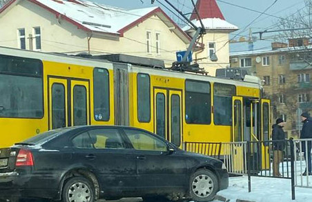 У Львові на вулиці Сахарова сталося ДТП із трамваєм: електротранспорт не їде в сторону центру