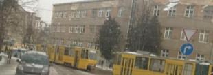 Біля опівдня у Львові зупинилися трамваї, які курсують на Сихів і заблокували рух іншого транспорту