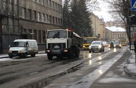 На дорогах Львівщини зі снігом і ожеледицею веде боротьбу майже 100 одиниць спецтехніки