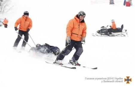 Рятувальники Львівщини допомогли трьом туристам-лижникам, які травмувалися на лижних трасах