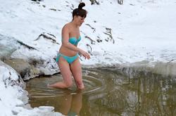Як львів'яни купалися на Водохреща в озері Горіхового Гаю (ФОТО)