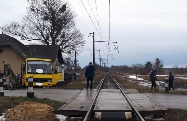 На Львівщині рейсовий автобус зіштовхнувся із електровозом