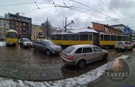 Сьогодні зранку на Підзамчі у Львові із рейок зійшов трамвай