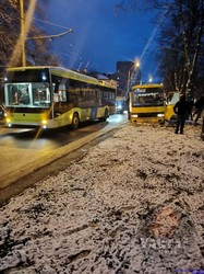 У Львові на Левандівці рейсовий автобус загруз у болоті