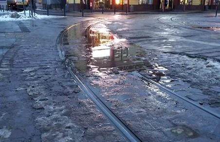 У Львові на реконструйованій площі Двірцевій на трамвайних коліях утворюються калюжі