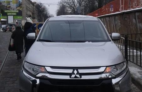 Неправильно припаркований автомобіль у Львові зупинив рух трамвая «двійки» в сторону вулиці Коновальця