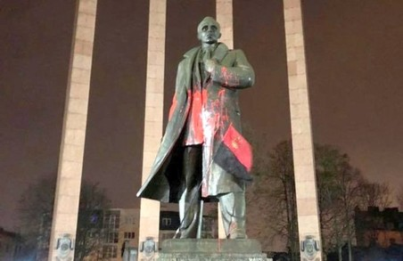 У Львові облили фарбою пам'ятник Степану Бандері