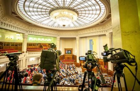У Раді пропонують заборонити працювати у парламенті журналістам санкційних телеканалів