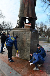 Як відмивають пам'ятник Степанові Бандеріпісля акту вандалізму (ФОТО)