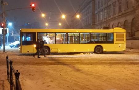 У Львові комунальний автобус заблокував рух транспорту на площі Торговій
