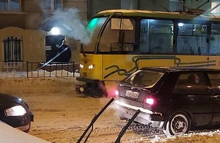 У центрі Львова задимівся трамвайний вагон. Задимлення переросло у пожежу (ФОТО, ВІДЕО)