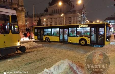 У центрі Львова увечері стався транспортний колапс (ФОТО, ВІДЕО)