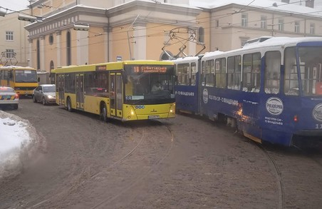 У Львові на площі Митній призупинився рух транспорту