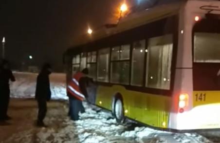 У Львові біля автовокзалу пасажири визволяли тролейбус із снігового полону (ВІДЕО)