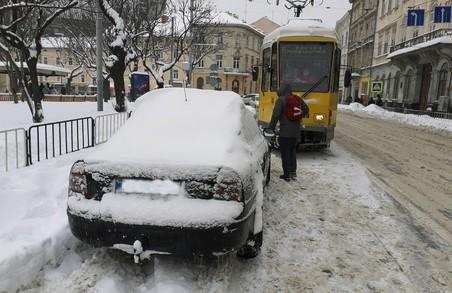 У Львові в лютому трамваї і тролейбуси простояли 72 години через неправильне паркування
