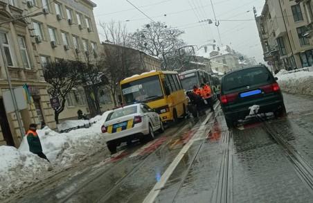 У Львові на вулиці Личаківській зупинився рух трамваїв