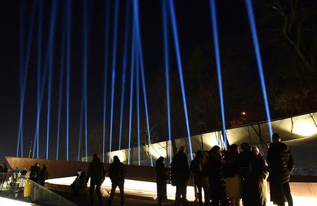 УЛьвові впам'ять про Небесну Сотню унебо запустили світлові промені (ФОТО)