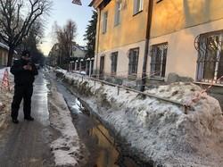 У львівській початковій школі «Дзвіночок» на вулиці Нєкрасова, 33 почав зсуватися дах