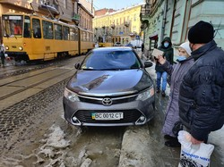 В центрі Львова брили снігу і льоду впали на транспорт